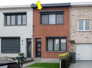 Gerenoveerde eengezinswoning gelegen op de grens Borsbeek-Deurne. De woning omvat op het glv. een voortuin, inkomhal, aanganmae woonkamer op plankenpa