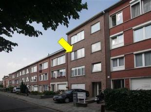 Degelijk en goed gelegen appartement met 2 slaapkamers, op de 2° verd. van een klein gebouw (geen lift). Indeling: hal met vestiaire, woonkamer, r
