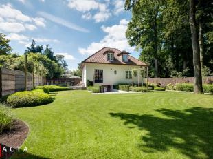 Deze recente, energiezuinige villa met verhoogd zonneterras, prachtig onderhouden tuin en eiken carport is gelegen op een perceel van maar liefst 872