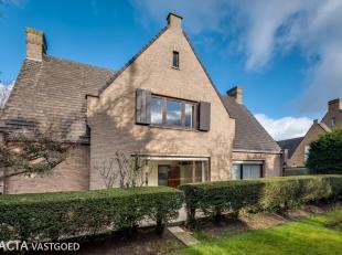 Deze klassevolle en standingvolle villa is gelegen in de Nachtegalenlaan te Oostende.<br /> Deze villa is als volgt ingedeeld:<br /> - Op de gelijkvlo