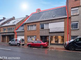 Uniek handelspand met appartement en garage nabij de markt van Gistel.<br /> Dit pand is als volgt ingedeeld:<br /> - De gelijkvloerse verdieping best
