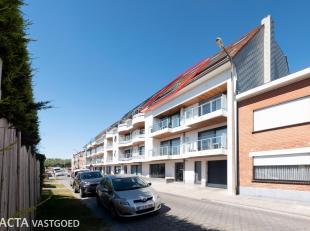 Recent woonappartement van bouwjaar 2011 gelegen te Bredene nabij het strand.<br /> Dit appartement begint met de inkomhal voorzien van een gastentoil