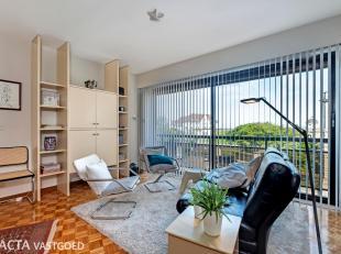 Instapklaar en centraal gelegen appartement met twee slaapkamers met zicht op zee!<br /> Dit appartement is gelegen op de derde verdieping in een verz
