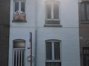 Te moderniseren rijwoning met 2 slaapkamers, ruime tuin en achterliggende garage op 2 are 56 ca. Klein beschrijf (registratie 5%) mogelijk, voor snell