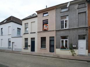 Deze woning werd recent gerenoveerd en is ideaal als investering. Ze is perfect gelegen in een rustig straatje met weinig passage, op 5min fietsen van