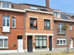Deze perfect gerenoveerde woning is zeer gunstig gelegen. Nabij de ring van Brugge, op fietsafstand van centrum Brugge, nabij winkels, scholen, openba