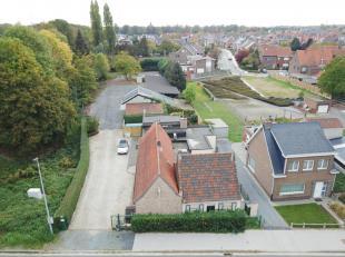 Deze woning situeert zich nabij het industriepark van Zwijnaarde, in de onmiddellijke nabijheid van belangrijke invalswegen. Op heden vindt er een dep