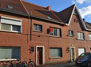 Deze woning is gelegen te Gentbrugge in een rustige straat. De woning is zeer goed onderhouden en instapklaar. Indeling: ruime hall, apart toilet, woo