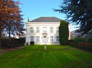 """Deze neoclassicistische herenwoning, beter gekend als """"huis Muyle"""" is een onroerende parel te Pittem. Omheind met zijn ijzeren hekwerk, prachtige voor"""