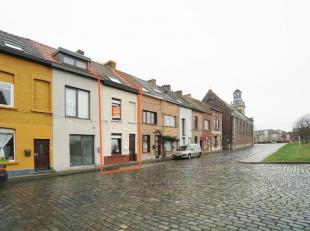 Deze volledig vernieuwde woning is perfect gelegen nabij het stadscentrum, doch in een rustige straat.Indeling:GV: aparte inkomhal, ruime open woonkam