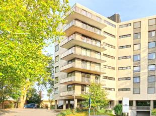 Dit instapklare appartement is 90 vierkante meter en (5e verdiep) is gelegen in hartje Roeselare en sluit tevens aan op vele invalswegen.De badkamer,