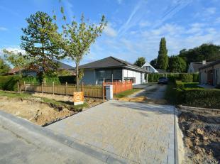Aan de rand van Wondelgem, op een uiterst goede locatie in een residentiële woonwijk, kan men deze leuke en voor 75 procent gerenoveerde bungalow