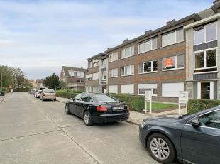 Dit appartement is gelegen in een rustige straat nabij belangrijke invalswegen, buurtwinkels en het openbaar vervoer. De raampartijen aan de straatzij