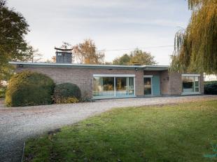 Deze zeer ruime verzorgde bungalow woning met centrale ligging langs langsheen de N60 staat maar liefst op een grondoppervlakte van 3100m².De won