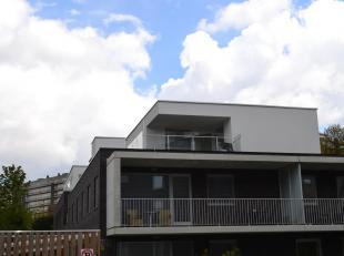 Zeer ruim, luxueus en volledig afgewerkt (NIEUW EN NOG NOOIT BEWOOND) penthouse appartement met dubbele garage. De zeer ruime leefruimte is zuid-west