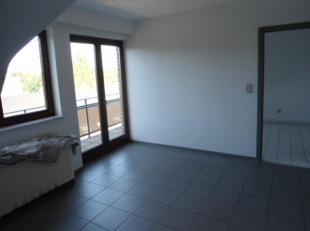 Rustig 1slaapkamer- dakappartement met garagebox.Indeling: inkom, wc, living met open ingerichte keuken, slaapkamer, badkamer, terras.Onmiddellijk vri