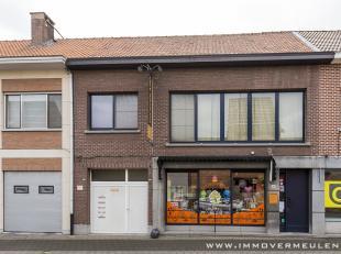 Goed gelegen opbrengsteigendom/projectgrond in het centrum van Aartselaar, bestaande uit een hoofdgebouw met handelsgelijkvloers en 2 appartementen en