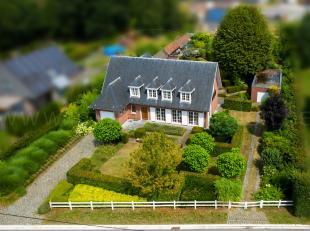 Rustig gelegen, ruime villa met 4 slaapkamers en 2 garages op een perceel van 2.653 m².  Deze villa is gelegen in een rustige straat met plaatsel