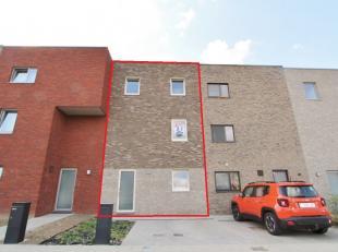 Centraal gelegen moderne woning in recente verkaveling Heuveldal:  Op het gelijkvloers vindt U de inkomhal met gastentoilet, berging, ingerichte keuke