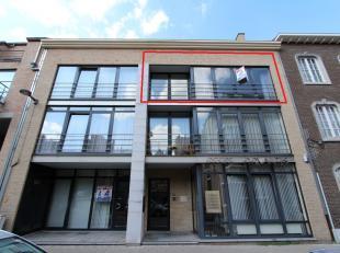 Ruim duplex appartement gelegen in een rustige straat vlakbij de Grote Markt van Sint-Truiden. Het pand heeft een ruim zonnig terras aan de achterkant