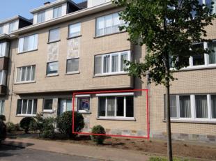 Volledig gerenoveerd appartement gelegen op het gelijkvloers met inkomhal, living met open, ingerichte keuken, berging, badkamer (douche en ligbad), t