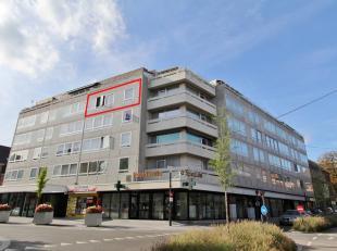 Centraal gelegen appartement, nabij het centrum en het openbaar vervoer. Het pand bestaat uit een inkomhal met berging, een ruime living, ingerichte k
