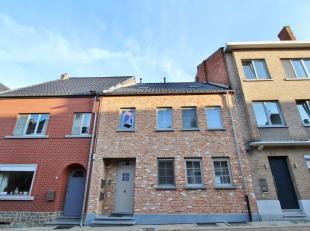 Gezellig duplex appartement met zeer gunstige ligging, vlakbij het stadspark en 't Speelhof van Sint-Truiden. Het appartement is als volgt ingedeeld: