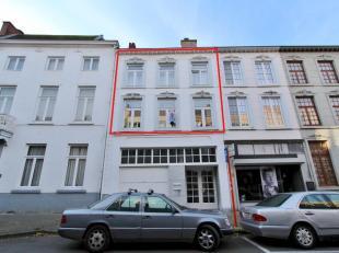 Instapklaar duplex appartement met 2 ruime slaapkamers. Ideaal gelegen op wandelafstand van de Grote Markt van Sint-Truiden. Het pand omvat: inkomhal,