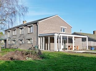 Zeer ruime, goed onderhouden vrijstaande woning met naastliggende landbouwgronden. De woning is op het gelijkvloers voorzien van een inkomhal met trap
