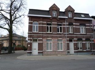 Het appartement omvat gelijkvloers een ruime inkomhal en een aparte garage.<br /> Op de 1ste verdieping is er een ruime woonkamer, een ingerichte keuk