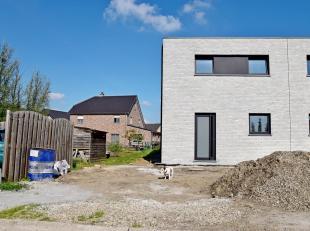 Prachtige, moderne halfvrijstaande nieuwbouwwoning op een perceel van +/- 287m².  De woning omvat op het gelijkvloers een inkomhal met ruimte voo