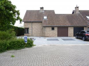 Deze halfvrijstaande woning is zeer rustig gelegen in doodlopende straat maar toch dichtbij het centrum van Bocholt.<br /> Op de gelijkvloerse verdiep