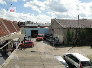 Achter het gebouw gelegen te Deurne Merksemsesteenweg tussen huisnummer 215 en huisnummer 217 bevindt zich via een servitudeweg een industriëel c