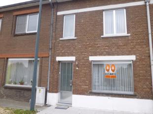 Gezellige rijwoning met 3 slaapkamers in Vucht. Deze woning bestaat uit een leefruimte, een keuken, een hal met trap naar de 1ste verdieping, een vera