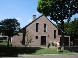 Gezellige en praktische, rustig gelegen woning met een tuin rondom en inpandige garage. <br /> <br /> Zeer rustige ligging nabij het centrum van Maasm