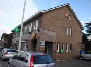 Gezellig dak- appartement op de tweede verdieping van een gebouw. Centraal gelegen in Rekem. Indeling: living met apart keukengedeelte, berging, badka