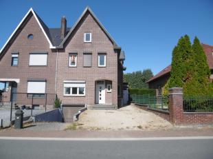 Ruime halfopen woning, gelegen in Leut.<br /> Op het gelijkvloers bevinden zich de inkomhal, het gastentoilet, een ruime leefruimte, een praktische b