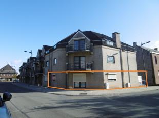 Gelijkvloers appartement met groot terras, op een toplocatie in het centrum van Maasmechelen.<br /> Dit verzorgd appartement bestaat uit een leefruim