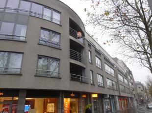 Prachtig en ruim appartement met twee slaapkamers en terras in het centrum van Genk.<br /> Het appartement omvat een inkomhal met apart toilet, ruime