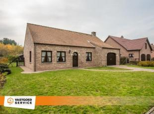 Zeer goed onderhouden gelijkvloerse woning die uiterst rustig gelegen is nabij het centrum van Kwaadmechelen. Naast een berging is er ook nog een ruim