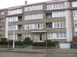 Beau flat/studio au 3ème étage situé dans un petite immeuble, tout près du centre de Strombeek, comprenant: hall d'entr&ea