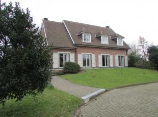 Volledig gerenoveerde villa met prachtig zicht en mooie tuin dichtbij centrum Overijse. Inkomhal, living met openhaard, hyper ingerichte keuken met on