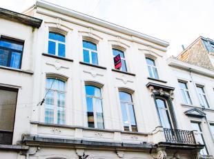 Het appartement is gelegen in een statig herenhuistemidden van de kloosterstraat dat ongetwijfeld één van de hotspots te Antwerpen is. B