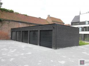 Ruime garages met automatische sectionaalpoort gelegen in een kleine residentie hartje Sint-Amands. De garages zij traditioneel gebouwd en beschikken