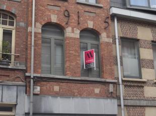 In het hartje van Dendermonde gelegen instapklare, energiezuinige woning met terras. De woning bestaat op de gelijkvloerse verdieping uit een bureel,