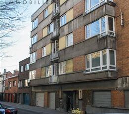Appartement situé au deuxième étage d'un immeuble appartement, agencé comme suit: hall d'entrée, living, cuisine, h