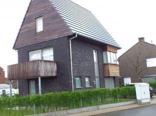 Deze woning beschikt op het gelijkvloers over een oprit met garage, een berg-/bureelruimte en een wasplaats. Op de 1e verdieping is er een ruime open