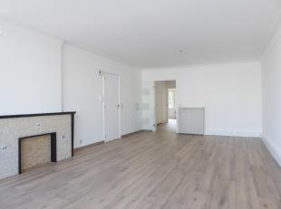 Ruim en licht appartement met 2 slaapkamers en polyvalente ruimte. Inkomhal met aparte ruimte die kan dienen als vestiaire en een extra berging. Woonk