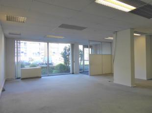 Gelegen op de Ruggeveldlaan en op enkele meters van het openbaar vervoer, scholen en winkels, is dit de ideale ruimte (126 m²) voor uw bedrijf. H