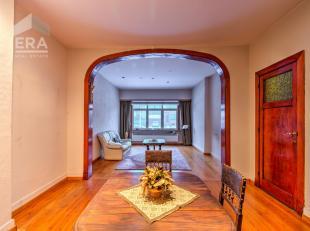 Bent u op zoek naar een ruime, charmante woning op een uitstekende locatie? Dan stellen wij graag volgende licht op te frissen woning aan u voor:Indel